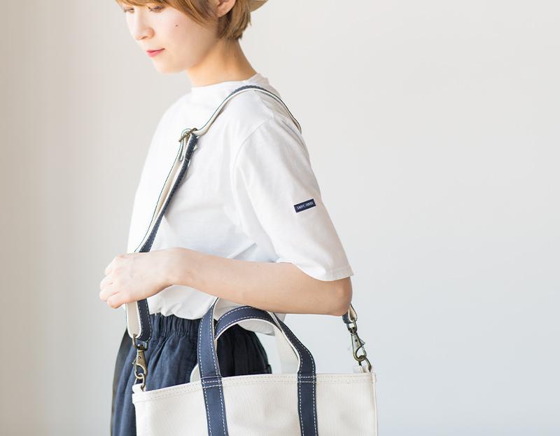 ショルダーバッグを掛けた女性モデルが着用したピリアック無地ホワイト